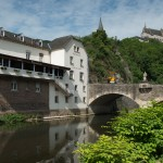 Photo typique de Vianden à son meilleur! La rivière, le château, le pont et la plus adorable café-restaurant au Luxembourg.
